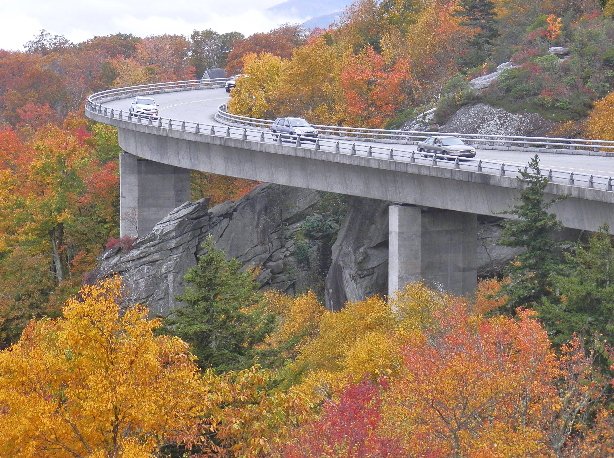 Blue Ridge Parkway   LINN COVE VIADUCT OVERLOOK TRAIL (MP 304.4)  