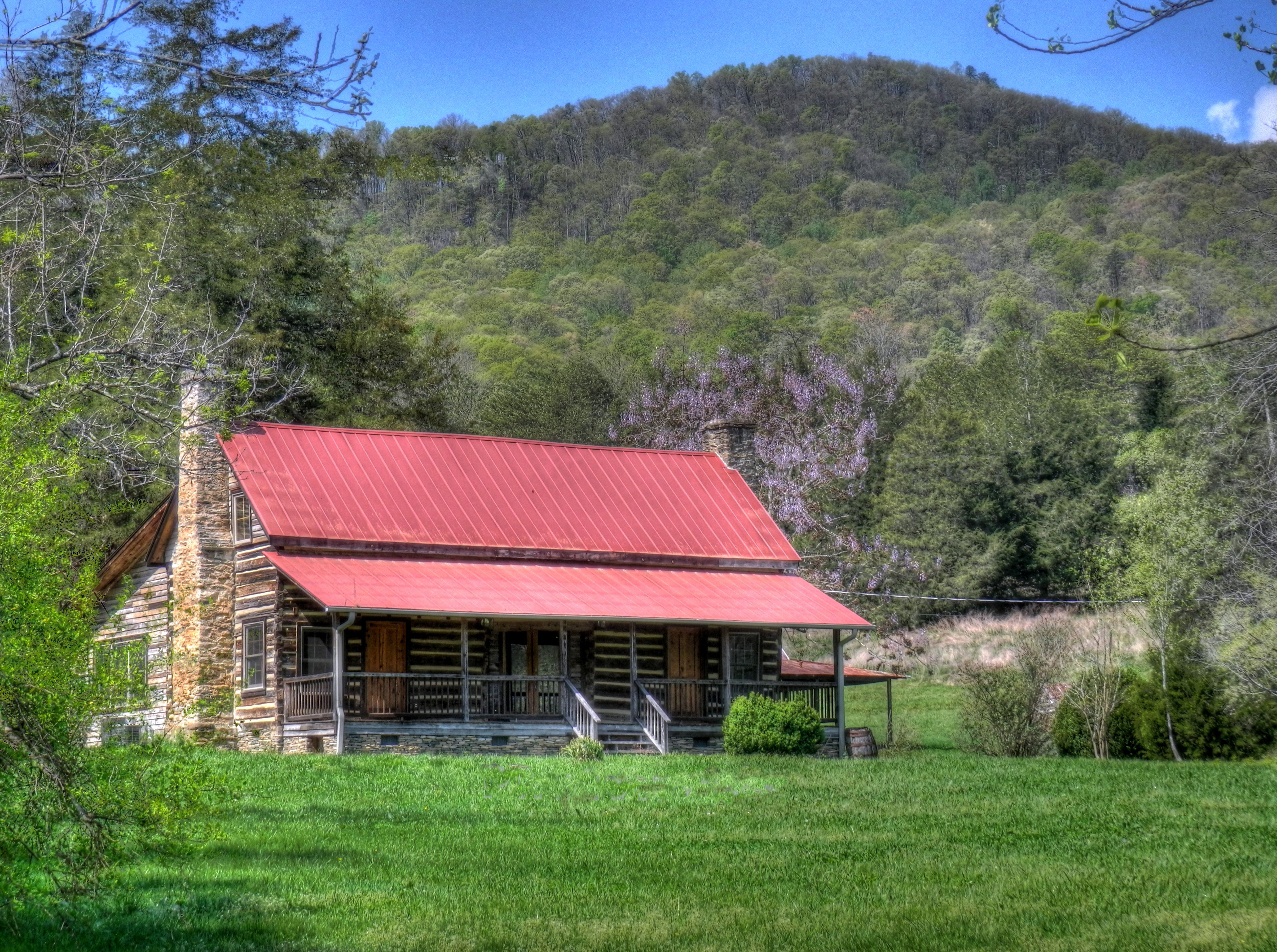 Mountain houses along the blue ridge living in the blue for Log cabin blue mountains